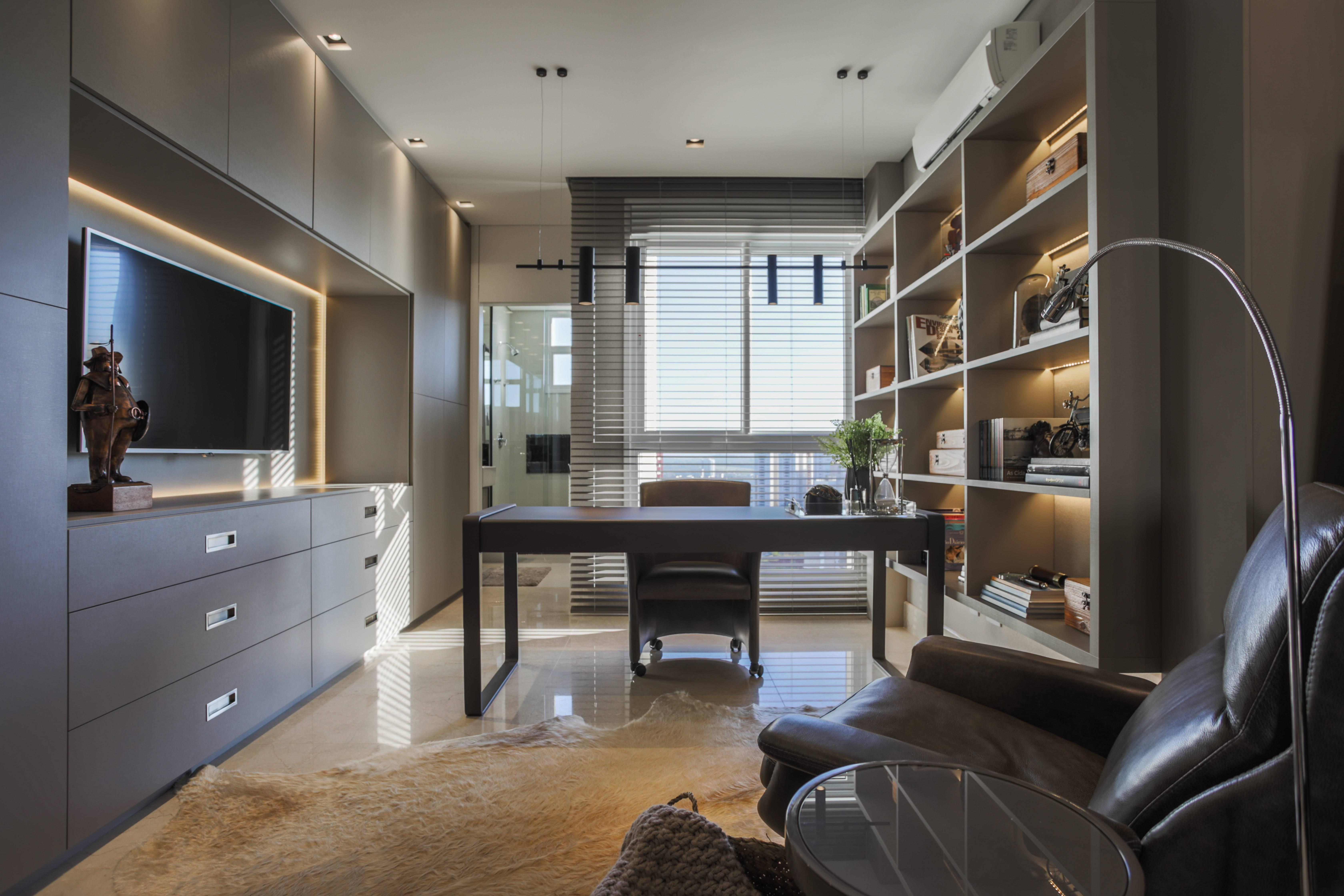 Cômodo de apartamento de 380 m² foi transformado em espaço exclusivo de trabalho em projeto da arquiteta Juliana Meda.