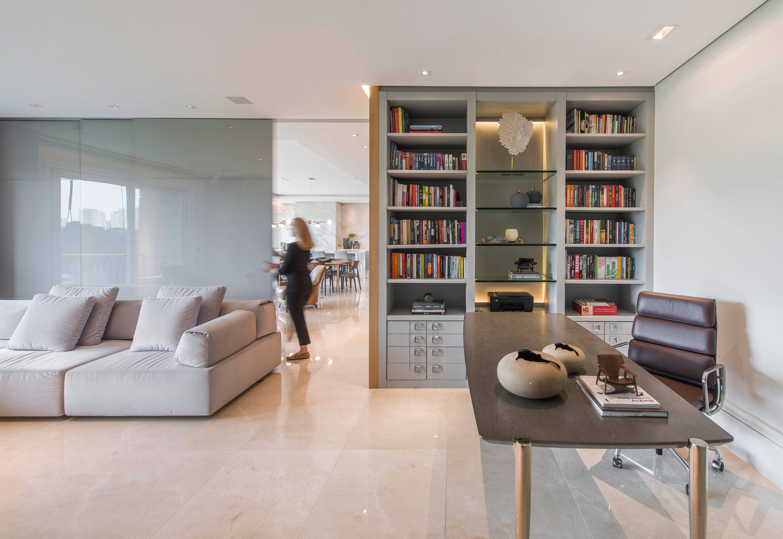 Espaço para home office foi integrado aos ambientes sociais nesse apartamento assinado pela arquiteta Sharise Gulin.
