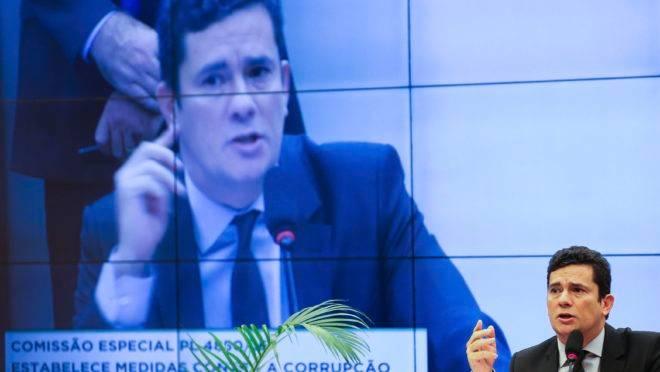Existe relação entre a saída de Moro do governo e a intensificação das negociações do Planalto com o Centrão?