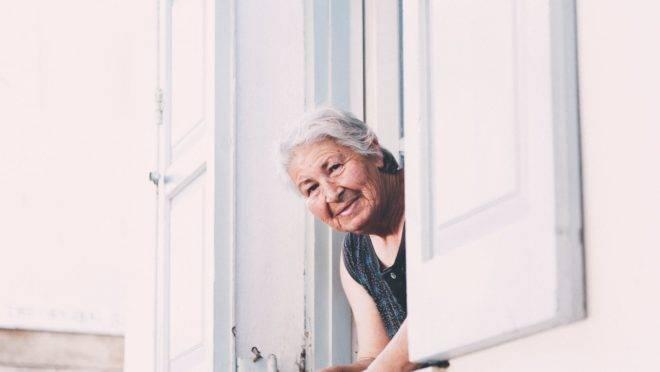 Olhares e comentários inconformados são a expressão de um sentimento abafado socialmente: o de que o lugar dos mais velhos é em casa