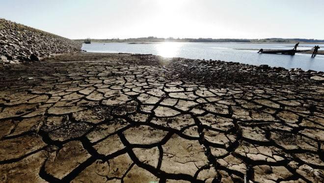 Represa do Iraí: estiagem e consumo alto deixam a represa quase seca.