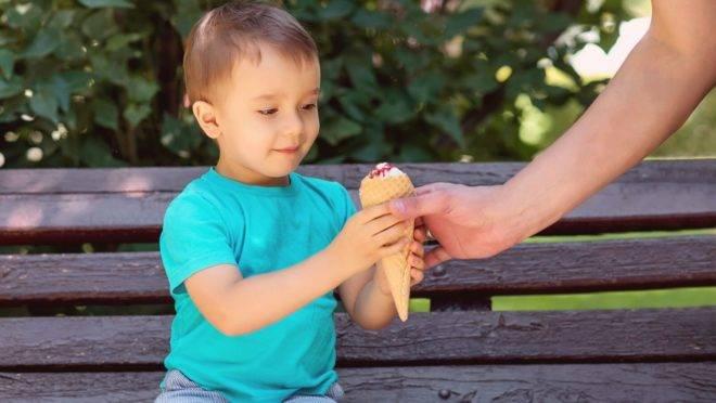 Recompensar e confortar as crianças com comida aumenta as chances de elas tentarem lidar com suas emoções através do que comem