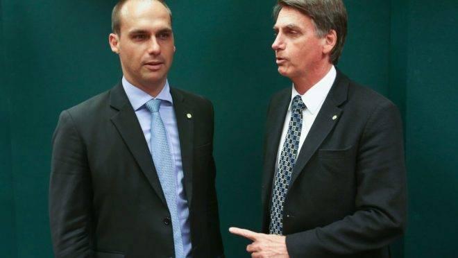 Bolsonaro fala que algo grave acontece com a democracia, Eduardo fala em ruptura