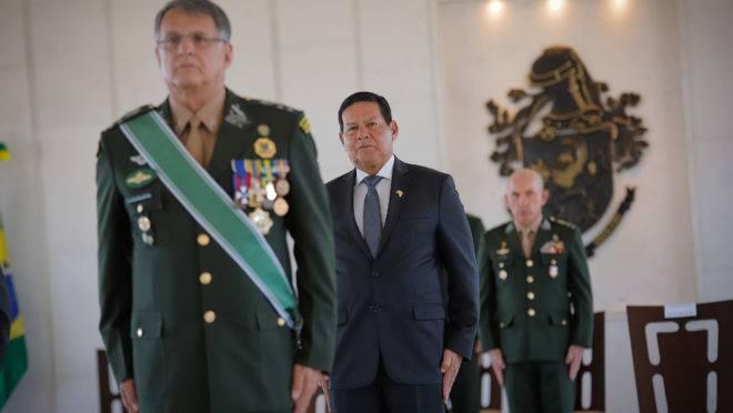 """General Hamilton Mourão disse que não há hipótese de haver """"ruptura"""" como afirmou o deputado Eduardo Bolsonaro."""