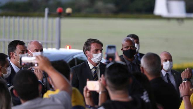 """Bolsonaro disse na saída do Palácio da Alvorada que """"ordens absurdas"""" do STF não devem ser cumpridas: temperatura da crise entre os poderes sobe."""