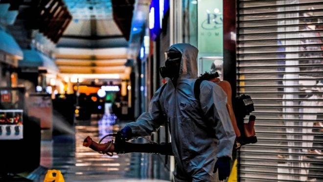 Desinfecção em shopping de Caxias do Sul (RS): PIB do primeiro trimestre captou as duas primeiras semanas de isolamento social no Brasil.