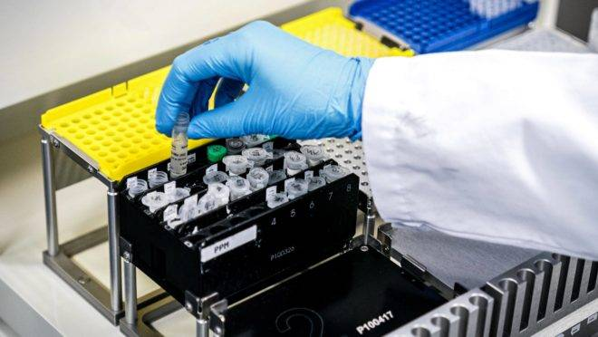 An employee of a medical laboratory manipulates samples of the novel coronavirus COVID-19 in Roosendaal, The Netherlands on March 4, 2020. – Across the world, 3,155 people have died from the virus. More than 92,723 have been infected in 78 countries and territories, according to AFP's latest toll based on official sources at 1700 GMT on March 3, 2020. (Photo by Rob ENGELAAR / ANP / AFP) / Netherlands OUT
