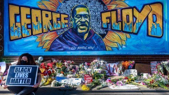 Memorial em homenagem a George Floyd no local em que ele morreu sob custódia da polícia em Minneapolis, nos EUA