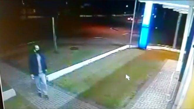 Imagem feita a partir de vídeo do sistema de segurança mostra momento da chegada do acusado à farmácia.