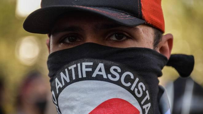Manifestante usou bandana com mensagem antifascista em protesto na Avenida Paulista