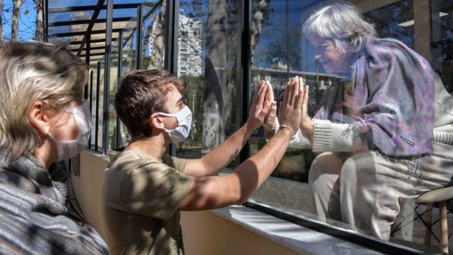 Neto e avó se encontram em São Paulo: estado afrouxou medidas de isolamento social nesta semana