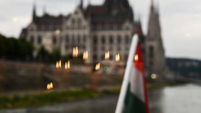 O Parlamento da Hungria visto pela janela de um barco no Rio Danúbio