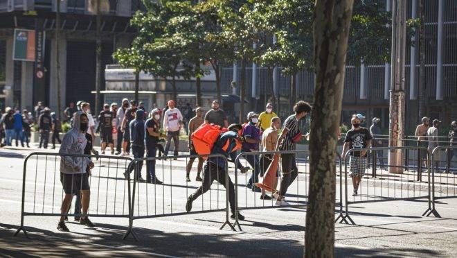Manifestantes entram em choque com a Polícia Militar de São Paulo em ato na Avenida Paulista, no domingo (31): atos em geral descambam, para a violência.