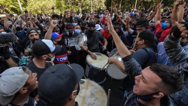 Torcidas organizadas protestam contra Jair Bolsonaro na Avenida Paulista, em São Paulo, dia 31 de maio de 2020, em meio à pandemia de coronavírus.