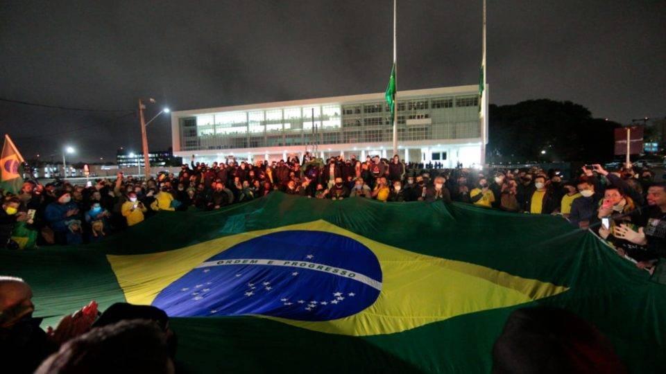Manifestação contra vandalismo e bandeira queimada leva grupo ao Palácio Iguaçu…