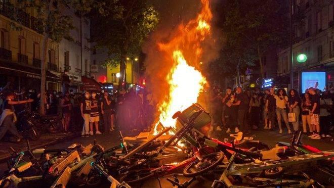Manifestantes queimam latas de lixo, patinetes e bicicletas durante protesto em Paris, 2 de junho