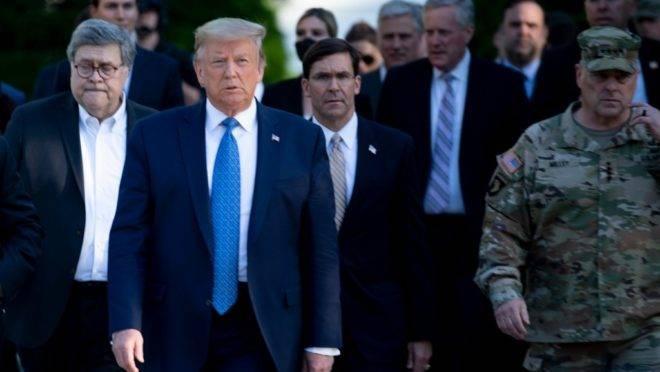 O presidente americano Donald Trump caminha com do procurador-geral William Barr (esq.), o secretário da Defesa Mark Esper (centro) e o general Mark Milley até a Igreja de São João, em Washington, 1 de junho