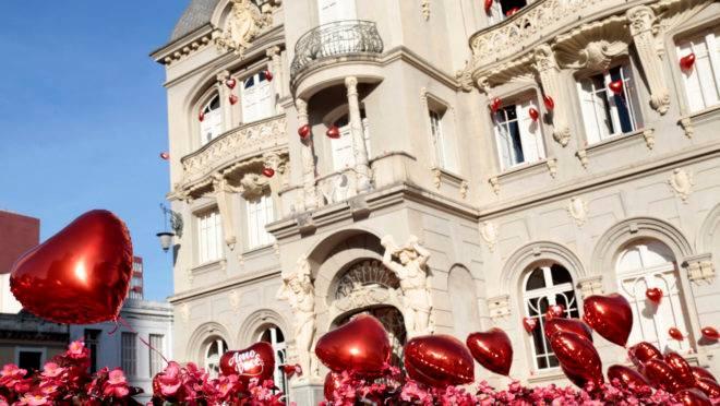 Balões em alusão ao dia dos namorados na Praça Generoso Marques, em Curitiba, em 2019