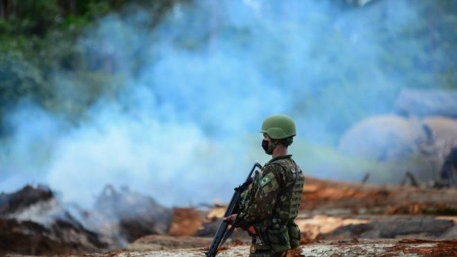 Militar da Operação Verde Brasil 2 durante operação contra queimadas na floresta amazônica, em Porto Velho (RO).