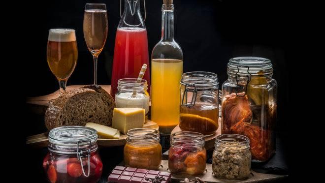 O processo de fermentação, além de ser o responsável pelo surgimento de alimentos e bebidas como ao queijo e a cerveja, também é usado para agregar sabor, aroma, textura e acidez em diversos preparos
