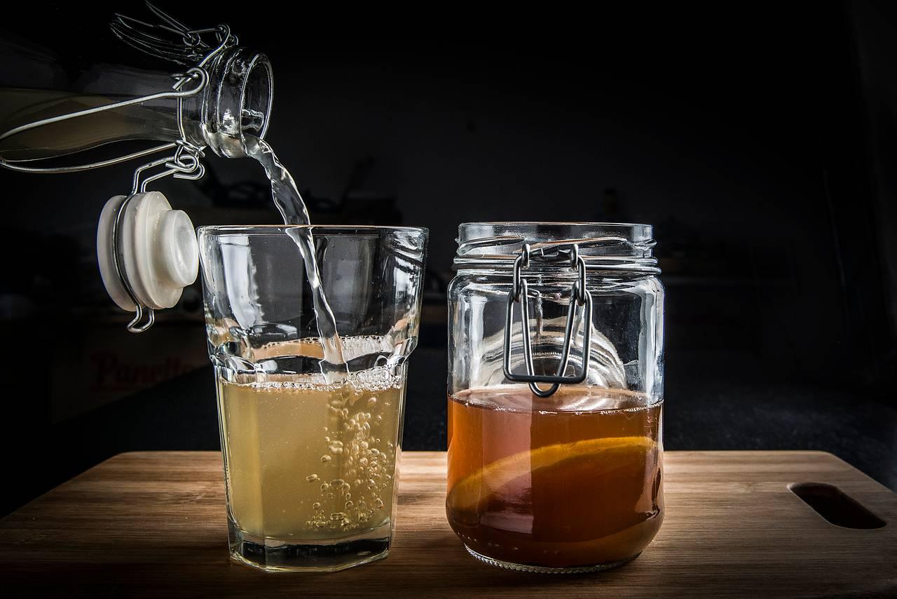 Kombucha: a bebida gaseificada feita da fermentação do chá com uma cultura de leveduras e bactérias virou febre entre os apreciadores da gastronomia saudável