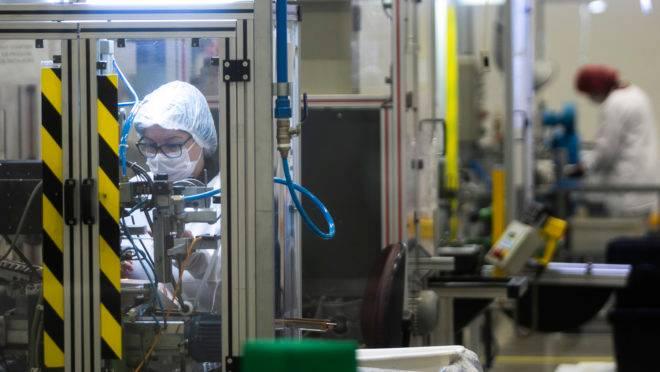 Trabalhadora na linha de produção de uma indústria: crédito é fundamental para manutenção dos empregos