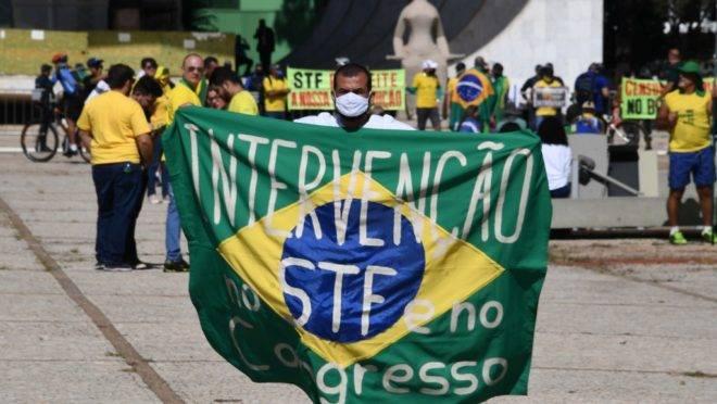 Manifestante bolsonarista protesta em Brasília, no domingo (31): cartazes e faixas priorizam o STF e o Congresso e deixam a esquerda de lado.