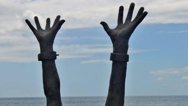 Na ilha caribenha de Martinica, estátua celebra o fim da escravidão. Mas a escravidão permanece como prática na África.