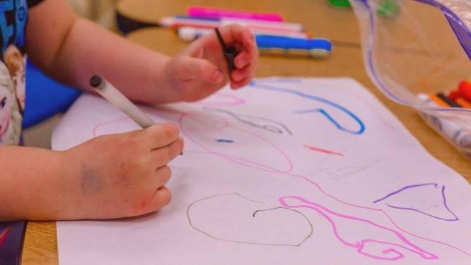 O ato de desenhar e colorir estimula amplamente a criança e contribui para seu desenvolvimento cognitivo