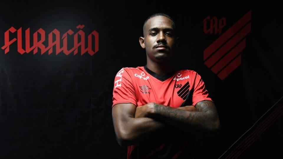 Zagueiro Edu, ex-Cruzeiro, é o novo reforço do Athletico
