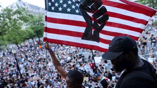 Manifestantes protestam contra a brutalidade policial e o racismo em 6 de junho de 2020 em Washington, DC.