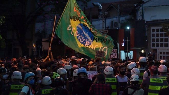 Pessoas se manifestam contra o racismo e contra o presidente Jair Bolsonaro em frente às forças de segurança, em São Paulo, Brasil, em 7 de junho de 2020, em meio à nova pandemia de coronavírus Covid-19.