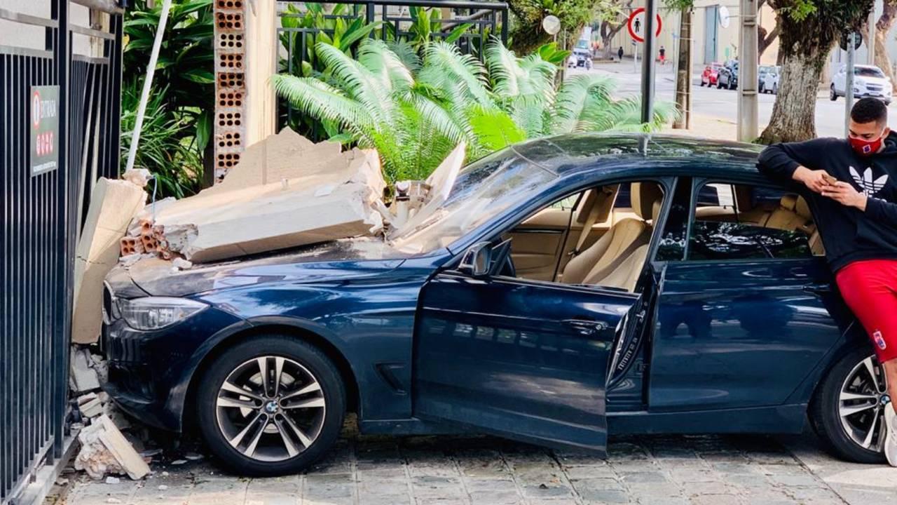 Goleiro do Paraná bateu o carro no portão do próprio prédio