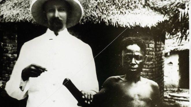 Um colonizador belga exibe congolês com a mão amputada: o povo local era tratado com extrema crueldade   Wikimedia Commons