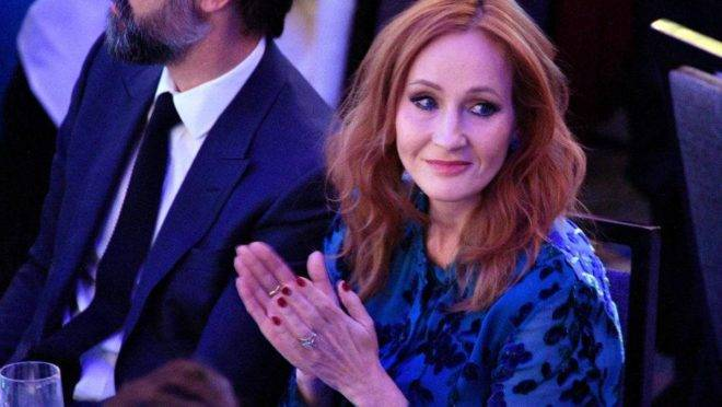 """A autora de """"Harry Potter"""" se envolveu numa discussão inacreditável com ativistas trans por dizer que apenas mulheres menstruam."""