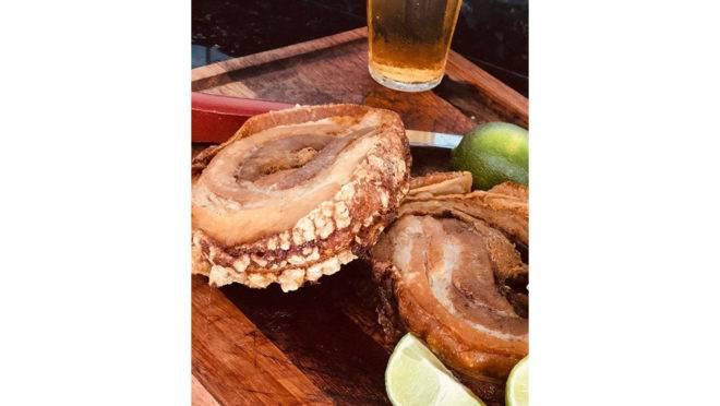Para a porchetta ficar ainda mais crocante, a casa de carnes orienta levar ao óleo bem quente e deixar até pururucar.