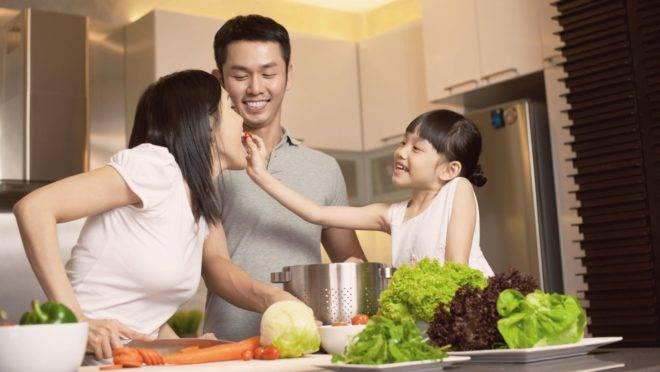 Refeições em família e cozinhar mais do que pedir delivery trazem benefícios de curto, mas também de longo prazo
