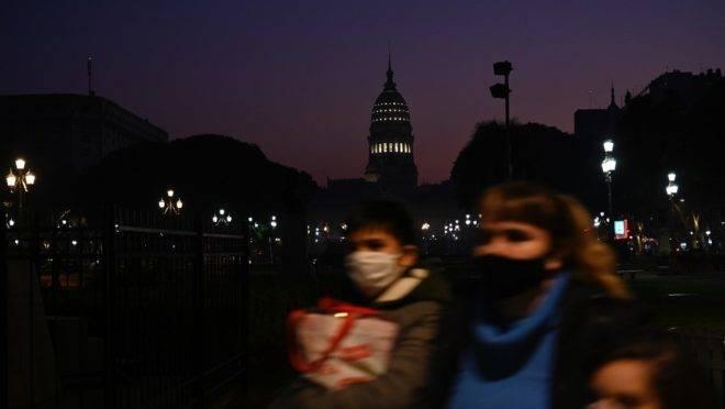 Pessoas passam em frente ao congresso da Argentina durante lockdown imposto pelo governo para conter transmissões de coronavírus, em Buenos Aires, 9 de junho de 2020