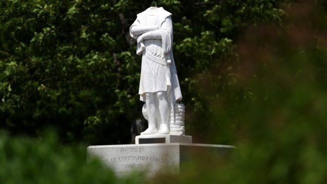 Estátua de Cristóvão Colombo com a cabeça removida em Boston, em 10 de junho de 2020. A estátua foi decapitada durante a noite anterior.