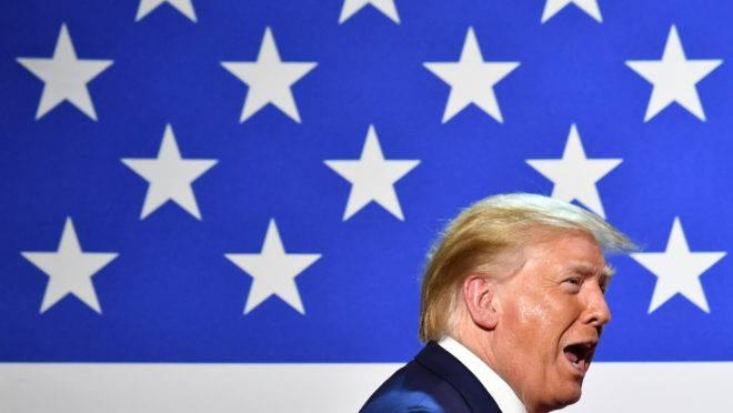 Presidente dos EUA, Donald Trump, ganhou apoio no início da pandemia, mas viu popularidade cair logo em seguida
