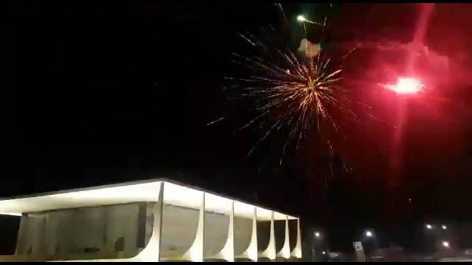 Manifestantes bolsonaristas simularam um ataque ao STF lançando fogos de artifício contra o prédio do tribunal no sábado (13) à noite.
