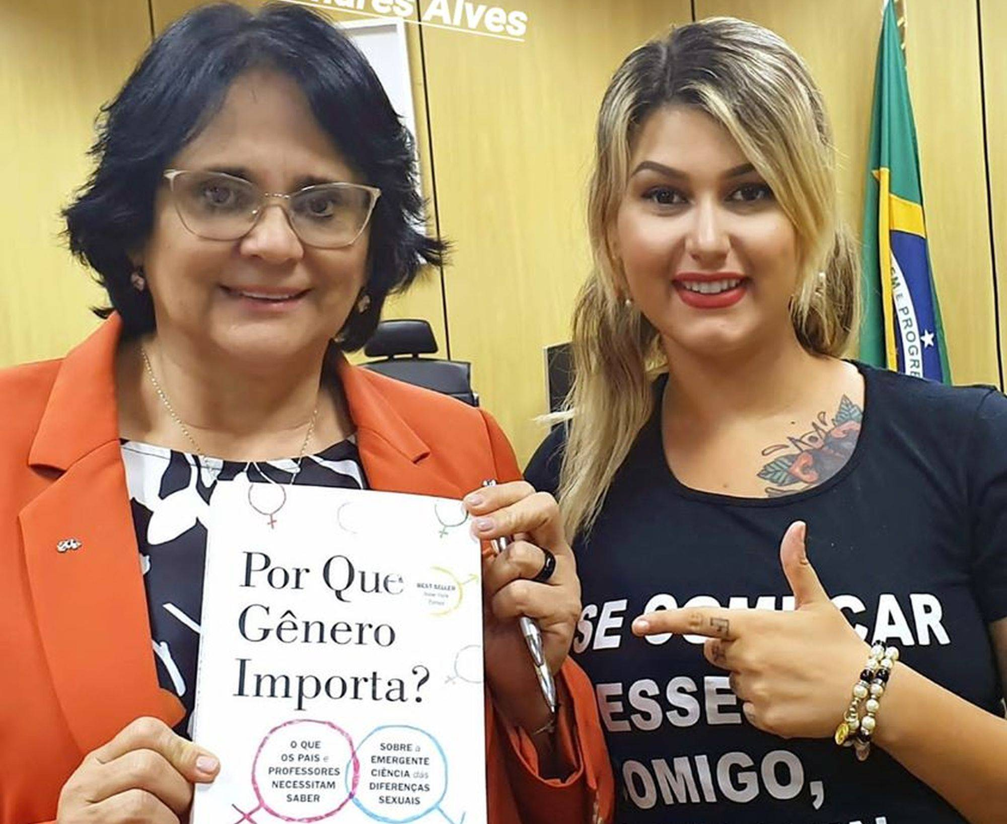 Sara Winter com a ministra Damares Alves, que a nomeou para o ministério.