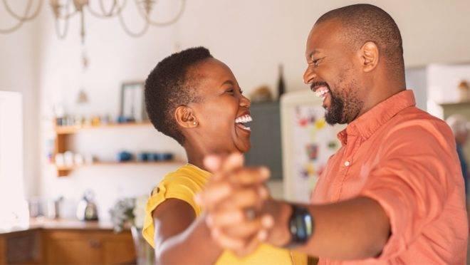 Deixar a TV de lado e não usá-la mais como o único recurso para o descanso em casal pode fortalecer ainda mais a sua vida conjugal