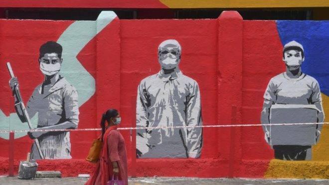 Pedestre caminha em Mumbai, Índia, em 15 de junho de 2020.