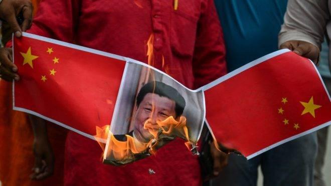 Apoiadores do partido indiano BJP, de Narendra Modi, queimam cartazes com a imagem do presidente chinês Xi Jinping em protesto anti-China em Allahabad, 17 de junho de 2020