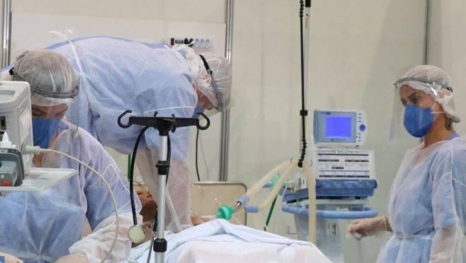 Médicos fazem treinamento no hospital de campanha para tratamento de Covid-19 do Complexo Esportivo do Ibirapuera em São Paulo.