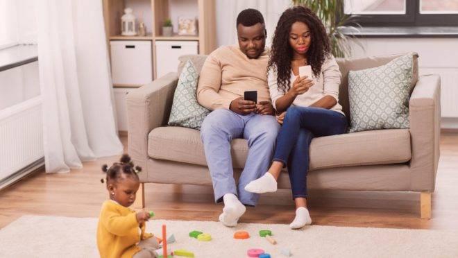 A tecnologia interfere nas relações sociais, incluindo a mais importante que existe: a entre pais e filhos.