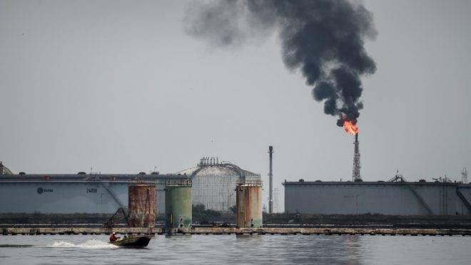 Refinaria de petróleo no lago de Maracaibo, na Venezuela, 2 de maio de 2018. A produção de petróleo no país caiu aos níveis mais baixos de mais de sete décadas.