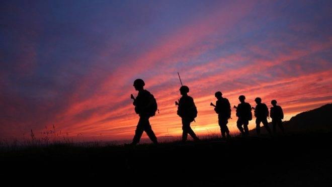 """Soldados sul-coreanos patrulham a ilha de Yeonpyeong, controlada pela Coreia do Sul, na """"linha do limite norte"""" no mar com a Coreia do Norte, 16 de junho de 2020"""