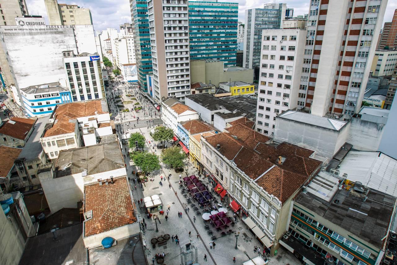 Vista aérea geral do calçadão da Rua XV de Novembro no centro de Curitiba